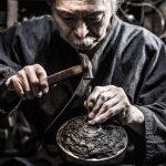 Японский мастер с молотом