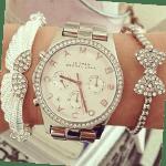 женские часы на руке