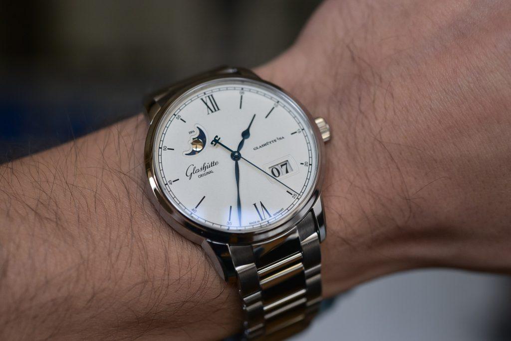 Glashutte Original Senator Excellence на руке белый циферблат