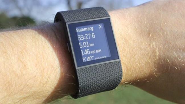 Fitbit-Surge на руке