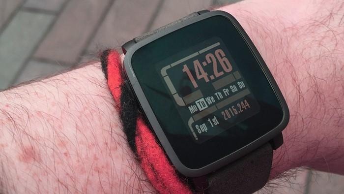 Умные часы pebble_time на руке